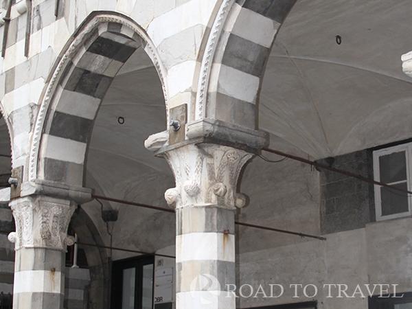 Genoa city tour Frescos in the Genova city center tour.