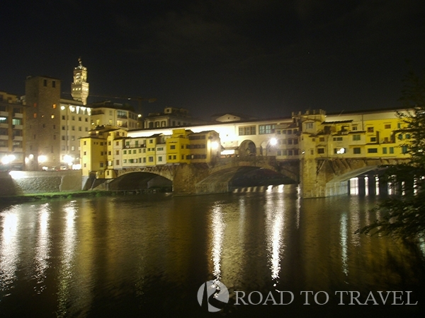 Florence by night View of Ponte Vecchio by night. One of the nicest things to do in Florence is to take a tour by night of the city.<br/> All the main sights are well illuminated, and will give you the opportunity to discover the beauty of the Tuscan capital in a different way.<br/>All the Italy honeymoon should include a stop at Ponte Vecchio at night.